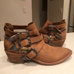 DOLCE VITA tan cut out booties
